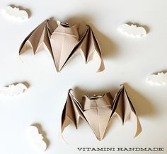 "halloweencrafts: ""DIY Origami Bats from Vitamini Handamde.This link leads you to a video for making these DIY origami bats. Origami Paper Art, Diy Origami, Origami Tutorial, Diy Paper, Paper Crafts, Oragami, Origami Boxes, Dollar Origami, Origami Instructions"
