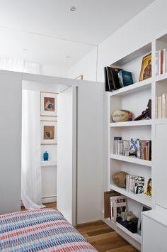 Étagère de la chambre et accès au salon  http://www.homelisty.com/visite-privee-dun-appartement-parisien-contemporain-de-65m2-diaporama/