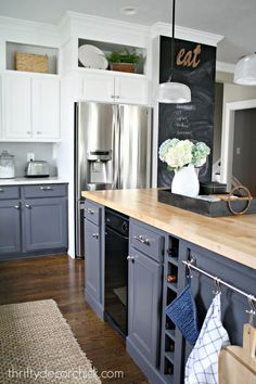Trendy kitchen wall decored above cabinets butcher blocks Kitchen Redo, Kitchen Remodel, Kitchen Dining, Kitchen Cabinets, Ikea Kitchen, Kitchen Black, Kitchen Island, Kitchen Shelves, Kitchen Storage