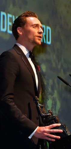 Tom Hiddleston onstage presenting the Lebedev Award to Sir Kenneth Branagh at the 62nd London Evening Standard Theatre Awards at The Old Vic Theatre on November 13, 2016 in London. Full size image: http://ww3.sinaimg.cn/large/6e14d388gw1f9rb2m817wj21kw12xahq.jpg Source: Torrilla