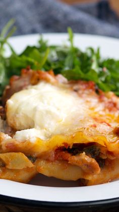Recipe with video instructions: If you're craving lasagna, but don't have an oven, this ridiculously cheesy and simple skillet pasta is for you. I Love Food, Good Food, Yummy Food, Easy Family Dinners, Easy Meals, Lasagna Ingredients, Skillet Lasagna, Cooking Recipes, Healthy Recipes