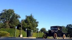 Horseless carriage automobiles start the tour
