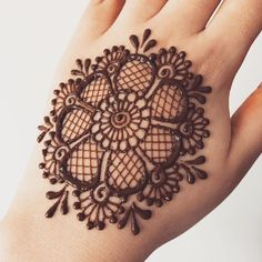 Learn to make round tikki mandala mehndi design with bangle. Even beginners can make this mehndi designs easily with this trick! Henna Hand Designs, Circle Mehndi Designs, Round Mehndi Design, Henna Flower Designs, Mehndi Designs Finger, Henna Tattoo Designs Simple, Mehndi Designs For Girls, Mehndi Designs For Beginners, Mehndi Design Photos