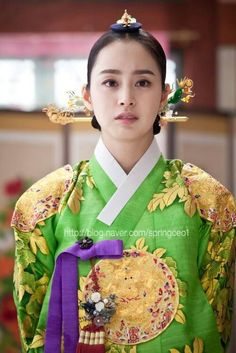 Kim Tae Hee in a Queen's #hanbok as Jang Ok-jung, [Living by Love, 인현왕후 민씨] #KDrama about the Korean Queen / Concubine Jang Ok-jeong (장옥정). In this tv serie, her famous ambition was transformed into love for her childhood friend/king and her insecurity once reached the Queen's seat. (2013 #CostumeDrama)