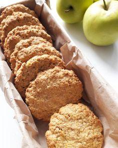 Mint az egészségtudatos táplálkozás híve, rajongok a zabpehelyért, pláne ha még találkozik az almával is. Ebben a kekszben is csodás párost alkotnak, a végeredmény pedig itt is inkább puha, omlós mint a banános-csokis zabkeksz esetében. Az alaptésztát tovább dúsíthatjuk aszalt gyümölcsökkel,… Healthy Cookies, Healthy Sweets, Cookie Recipes, Dessert Recipes, Sweet Cakes, Winter Food, Sin Gluten, Food To Make, Bakery