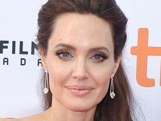 """Fast ein Jahr nach der Trennung geht es Angelina Jolie emotional wieder besser. Das erklärt sie zumindest in einem neuen, ziemlich privaten Interview. Fast ein Jahr liegt die Trennung von Angelina Jolie (42, """"Maleficent"""") und Brad Pitt (53, """"Allied: Vertraute Fremde"""") nun..."""