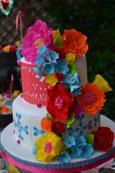 Mexican Inspired Cake. GUAU! Me  encanta! Las flores realmente se ven como las de papel crepé.