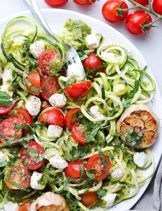 Spiralized Zucchini Caprese Salad with Roasted Garlic! Made gluten free and low carb with fresh zucchini noodles, garden tomatoes, pesto & mozzarella. Pesto Salad, Broccoli Salad Bacon, Bacon Salad, Fennel Salad, Caprese Salad, Zucchini Salad, Tomato Caprese, Tomato Salad, Best Zucchini Recipes