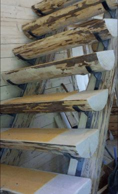 лестница из полу бревен
