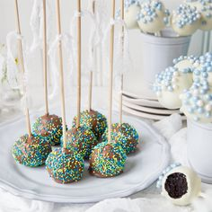 Pieni ja söpö leivos tikussa. Vähän kuin pieni suklaakakku ja pieni jälkiruoka. Gluteenittomat kakkutikkarit, joissa käytetään Fria Mutakakkua pohjana. Cake Pops Recept, Baking, Desserts, Cold, Tailgate Desserts, Deserts, Bakken, Postres, Bread