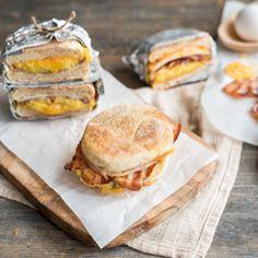 Sandwich matinal sur braise | Metro Sandwiches, Brunch, Hamburger, Bacon, Bbq, Bread, Camping Tips, Food, Table
