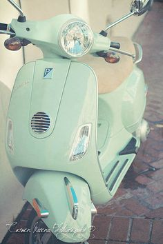 Lovely Vespa. I want one. This color.