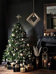 Christmas Tree Design, Christmas Tree Inspiration, Dark Christmas, Beautiful Christmas Trees, Xmas Tree, Christmas Home, Christmas Tree Decorations, House Decorations, Christmas Manger