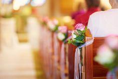 Blumenschmuck in der Kirche Rosen