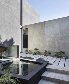 House in Mexico by Studio contains a private courtyard garden. House in Mexico by Studio contains a private courtyard garden. Architecture Design, Contemporary Architecture, Architecture Courtyard, Modern Courtyard, Courtyard Design, Beton Design, Concrete Houses, Concrete Walls, Clean Concrete