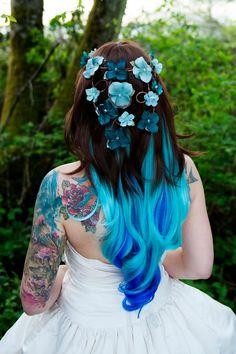 Noiva com pontas azuis e arranjo de flores