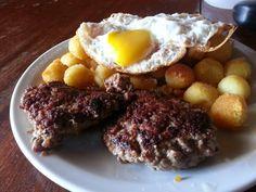 Hamburguesas caseras con papas noisset y huevo frito