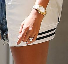 Hailey Baldwin and Justin Bieber went for a walk in New York City after confirming their engagement. Hailey wore her engagement ring and it is huge. Leaf Engagement Ring, Classic Engagement Rings, Morganite Engagement, Celebrity Rings, Celebrity Jewelry, Justin Bieber, Hailey Baldwin News, Gold Solitaire Ring, Chevron Ring