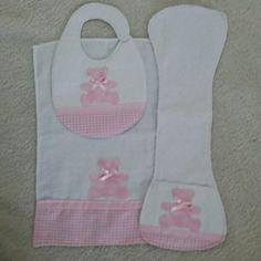 A coleção ursinho rosa é composta por 1 babador, 1 paninho de boca, 1 toalha fralda, 1 cueiro, 1 paninho de ombro e 1 quadrinho bastidor. Feita em tecido 100% algodão nos tons rosa e branco, um mimo para a sua bebê, com patchcolagem de ursinho.