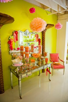 Candy bars ubicadas en mesas de recibidores, sencillo y quedan localizadas súper bien. #MesasDulces