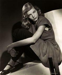 That Lauren Bacall look. Hollywood Cinema, Vintage Hollywood, Hollywood Glamour, Hollywood Stars, Classic Hollywood, Vintage Tv, Humphrey Bogart, Lauren Bacall, Divas