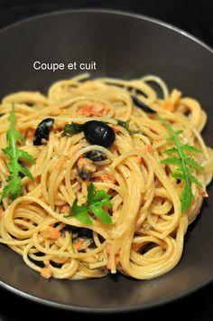 Pâtes à la grecque (spaghetti, tomate, feta, roquette, olives noires à la grecque, ail, origan, huile d'olive, sel et poivre)
