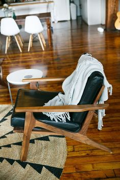 Nicole McQuades Chicago Apartment - Modern Chair - Ideas of Modern Chair Chicago Apartment, Poltrona Design, Home Furniture, Furniture Design, Furniture Stores, Luxury Furniture, Furniture Websites, Furniture Showroom, Street Furniture