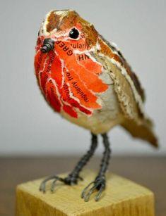 sculpture papier maché, petit oiseau en papier blanc, orange, rouge, et marron, decoration naturelle