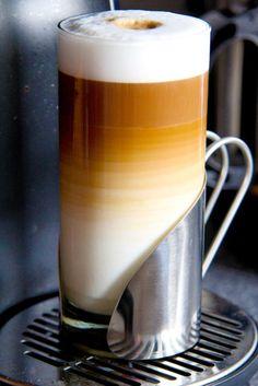 Un cortado bien echo y caliente con una medialuna, en un cafe de Bs.As o Paris