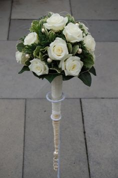 Bruidsboeket biedermeier van witte rozen en parels. Verlengd handvat. www.meesterlijkgroen.nl