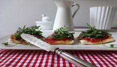 Vegane Pizza mit Haselnuss-Topping und Rucola Kaum ein anderes Gericht ist bei Klein & Groß so beliebt wie Pizza. Während das italienische Original klass