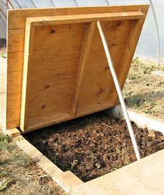 Constructing a worm bin and raising earthworms to feed the flock. - Love this worm bin idea!