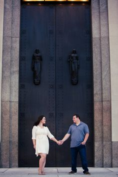 The Nashville Courthouse makes the perfect backdrop for this couples cute…