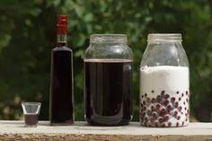 La  Ratafia è un liquoreAbruzzese a base di amarene e di vino rosso ottenuto da uve del vitigno Montepulciano. È tradizionalmente prodotta ponendo, in proporzioni variabili secondo la ricetta locale, amarene mature intere o snocciolate e zucchero dentro recipienti di vetro esposti al sole per circa 30 giorni, al fine di favorire la fermentazione. Al prodotto così ottenuto si aggiunge poi il vino rosso, lasciando macerare e agitando periodicamente il tutto per almeno altri 30 giorni