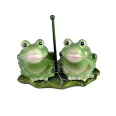 Frog salt and pepper shaker. Features two green frogs sitting on a lily pad. Measures in length. This set is made of high quality ceramic. Salt And Pepper Shrimp, Salt And Pepper Hair, Salt And Pepper Restaurant, Frog Sitting, Wildlife Decor, Green Frog, Frog And Toad, Salt Pepper Shakers, Salt N Pepa