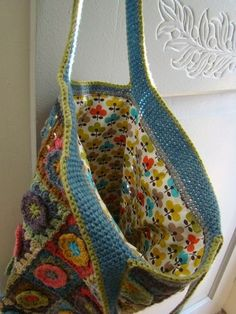 Lined granny square bag. Knit Or Crochet, Crochet Crafts, Crochet Projects, Crochet Granny, Crochet Handbags, Crochet Purses, Fabric Bags, Lady, Knitted Bags