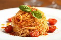 Ingredientes del spaguetti  250g pasta spaguettis  1 bote tomate solis  150g carne picada caballo  tacos Jamón ibérico bellota  1/2 cebolla  Queso rallado