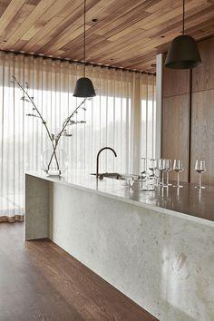 In an architect-designed house in Hovås outside Gothenburg, Nordic Kitchen has designed a site-built kitchen for architect Henrik Schulz and … Kitchen Interior, Home Interior Design, Interior Decorating, Interior Styling, Design Kitchen, Modern Interior, Kitchen Ideas, Unique Home Decor, Cheap Home Decor