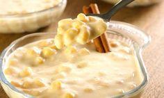 250 g de milho amarelo para canjica - 2 litros de água fria - 2 pauzinhos de canela - 1 colher (chá) de cravos - 1 xícara (chá) de açúcar - 2 xícaras (chá) de leite - 2 caixas de creme de leite