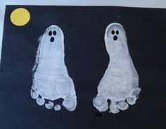 Best Hand Print and Foot Print Crafts for Halloween. These easy crafts are a lot of fun, and they make a wonderful memory of Halloween with your little Humour Halloween, Theme Halloween, Holidays Halloween, Halloween Crafts, Happy Halloween, Halloween Decorations, Halloween Ghosts, Costume Halloween, Preschool Halloween