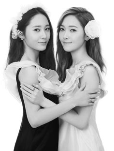 The Jung sisters (Jessica & Krystal) show their sisterly love for 'STONEHENgE'