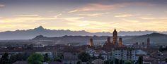 la città di Alba al tramonto
