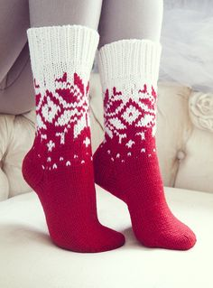Ideas For Knitting Christmas Socks Knitting Charts, Baby Knitting Patterns, Knitting Socks, Knitting Stitches, Hand Knitting, Knitted Slippers, Wool Socks, Crochet Shoes, Knit Or Crochet