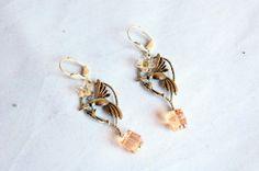 Boucles d'oreille en métal argenté et perles Cubes Swarovski - 14€ http://www.melleromarin.fr/Boucles-d-oreille-en-metal-argente-et-perles-Cubes-Swarovski-p-718-c-60_71.html#fp #swarovski #oiseau #boucleoreille