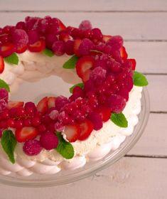 Un superbe dessert de Noël : la pavlova aux fruits rouges ! Simple, élégant et léger, ce dessert sera parfait pour finir vos repas de fête.