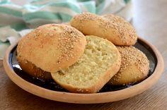 Langtidshævede burgerboller Skønne hjemmelavede burgerboller bagt på durummel og speltmel og drysset med sesamfrø.