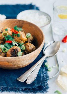 Dit is lekker, gestoofde rendangballetjes in kokosmelk. De Hollandse gehaktbal meets Indonesische rendang. En als je het niet te pittig maakt, is het ook een prima familierecept. En het is ook nog eens zo gemaakt. Ideaal, toch? Meat Recipes, Asian Recipes, Healthy Recipes, Ethnic Recipes, Daily Meals, Best Breakfast, Food For Thought, Stew, Green Beans