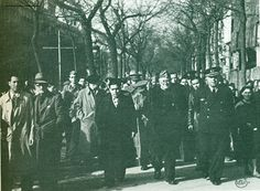 El general D. José Miaja Menant fue muy popular en Madrid y en todo el territorio de la República. En esta foto se le ve paseando por Madrid en loor de multitudes. A su izquierda el teniente coronel de aviación D. Antonio Camacho Izquierdo que, el 19 de julio, aseguró para la República el aeródromo de Getafe. Foto Alfonso.