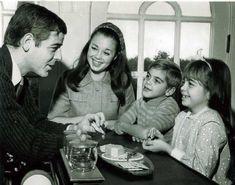 Un giovanissimo George Clooney con suo padre Nick Clooney, sua mamma Nina Bruce e la sorella Ada Clooney