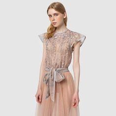 791 vind-ik-leuks, 2 reacties - Saptodjojokartiko (@saptodjojokartiko) op Instagram: '#InStoreNow - Feminine sophistication exudes from this Saptodjojokartiko embroidered lace dress…'